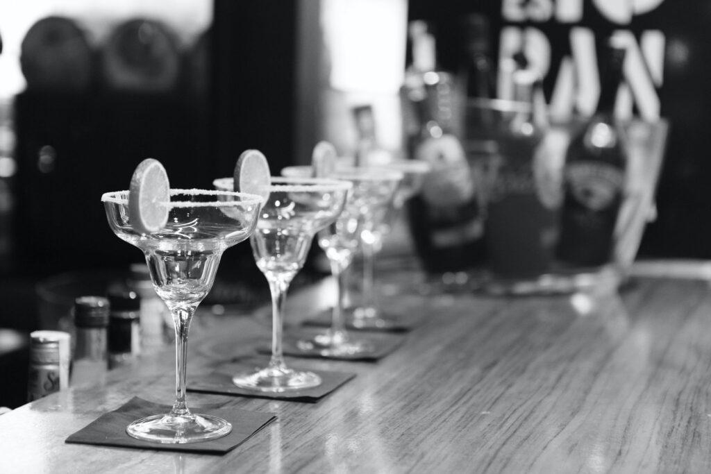Deze afbeelding heeft een leeg alt-attribuut; de bestandsnaam is black-and-white-alcohol-bar-drinks-1024x683.jpg